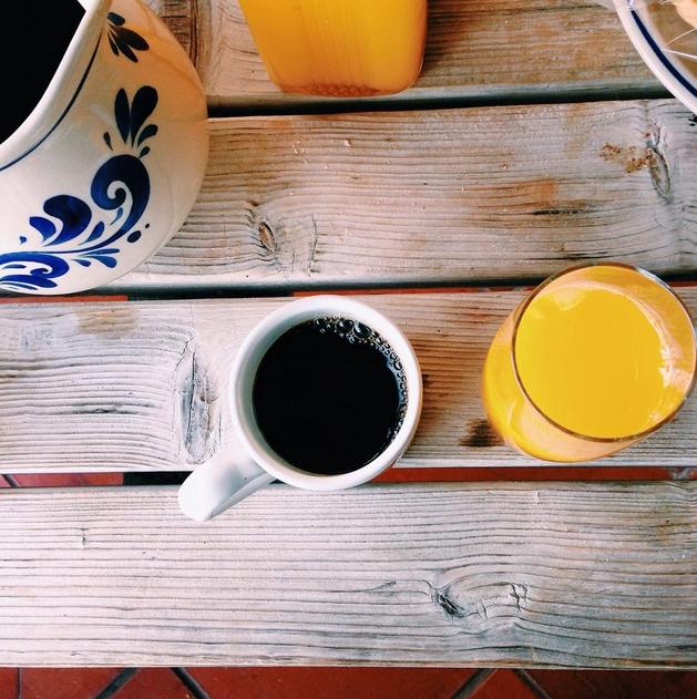 Combinación café y zumo de narajna. Foto vía Instagram: @avanessarodrigues