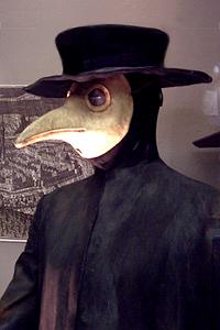 Vestimenta para prevenir el contagio de la peste (siglo XVII). El pico de la máscara es un filtro primitivo, relleno con sustancias que se pensaba alejaban la peste. Foto: Juan Antonio Ruiz Rivas (Wikipedia Commons)