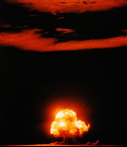 Una fotografía a color del primer ensayo nuclear de El Proyecto Manhatan