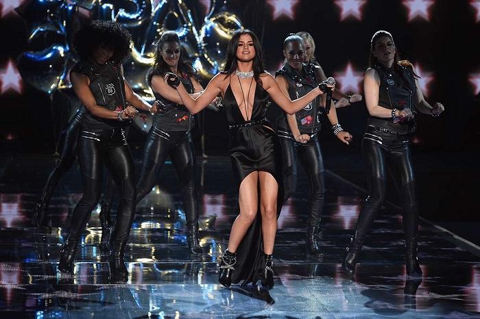 Selena Gomez en plena actuación #vsfashionshow 2015 Foto vía Vogue