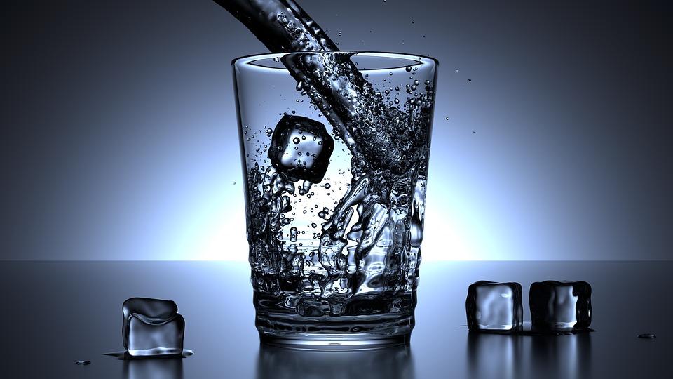 agua baso hielo